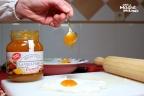 Echando la mermelada