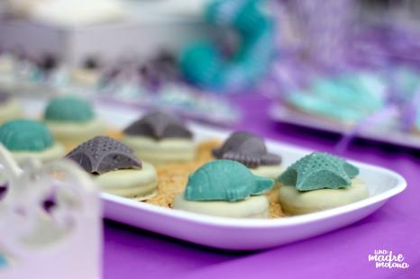 Oreos, coronadas con bombones sobre lecho de arena de galleta